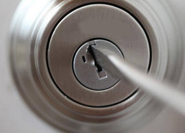 Как вскрыть дверь без ключа – несколько доступных способов.