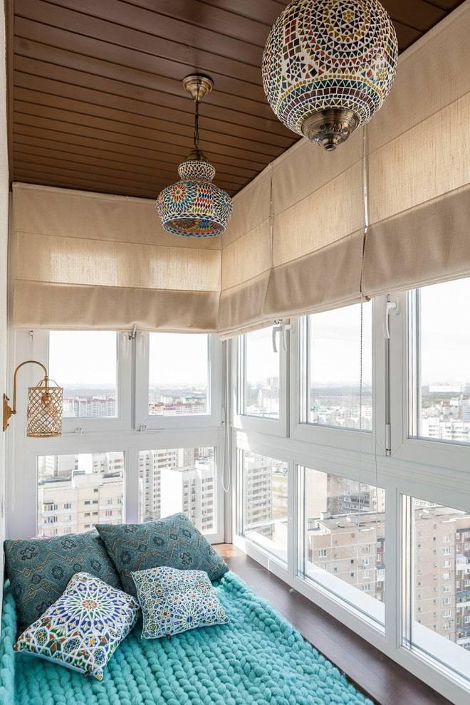 Шторы в зал с балконной дверью: разновидности и рекомендации по подбору