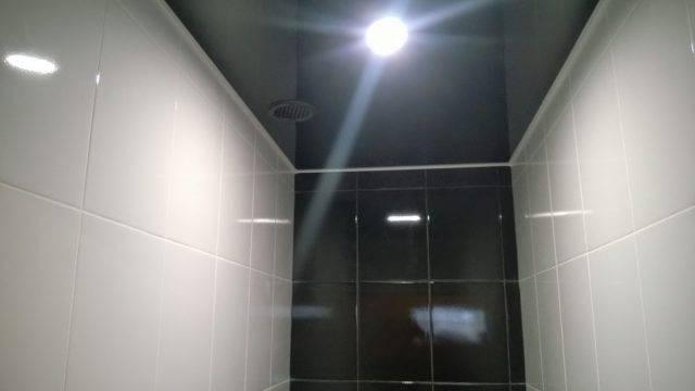 Преимущества, недостатки и варианты дизайна натяжных потолков в туалете