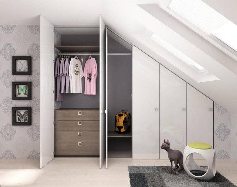 Шкафы на мансарду под крышу (36 фото): мансардные модели со скошенным скатом