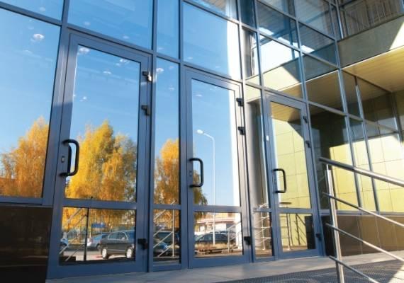 Алюминиевые входные двери со стеклом: примеры конструкции и особенности установки