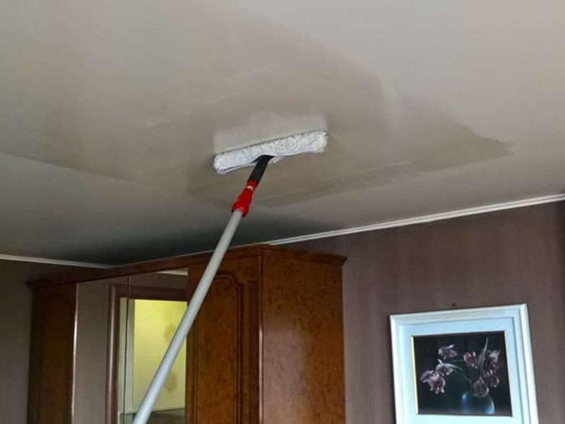 Как мыть натяжные потолки без разводов? избавляемся от пыли и жирных пятен