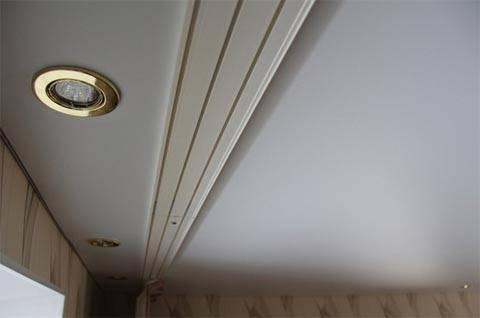 Какие уловки помогут повесить потолочный карниз под натяжной потолок