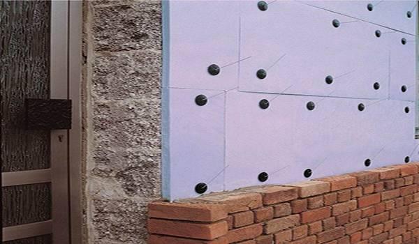Клеим потолок пенопластом для красоты и тепла