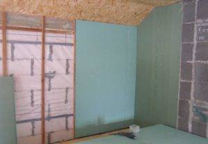 Чем лучше выровнять стену гипсокартоном или шпаклевкой