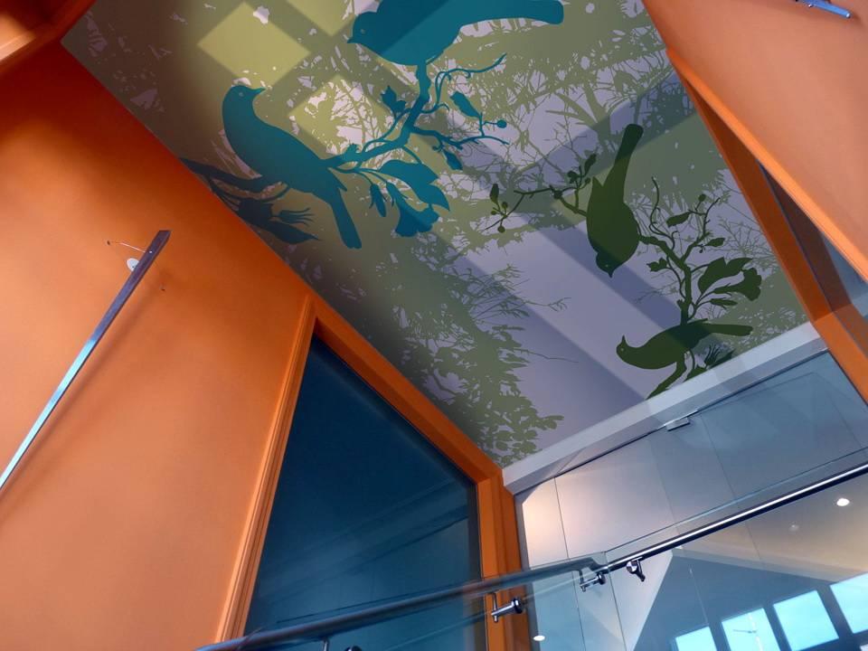 Натяжные потолки тканевые или пвх: что лучше?