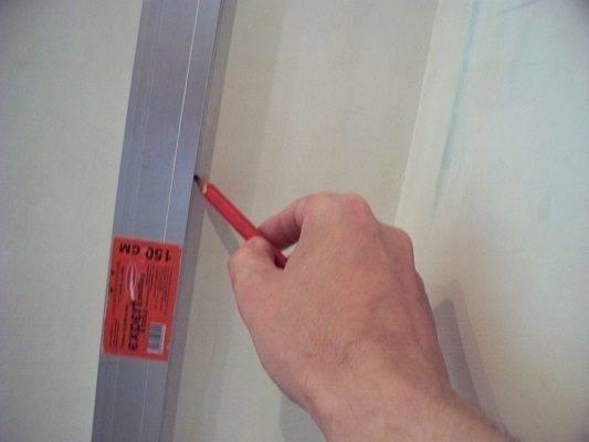 Правильно клеим обои в углах комнаты своими руками, если углы неровные: Инструкция