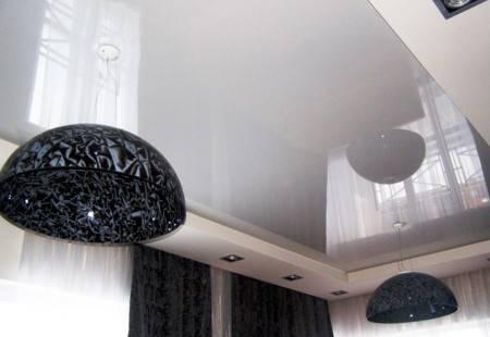 Натяжные одноуровневые потолки для зала: плюсы и минусы, разновидности, выбор, примеры
