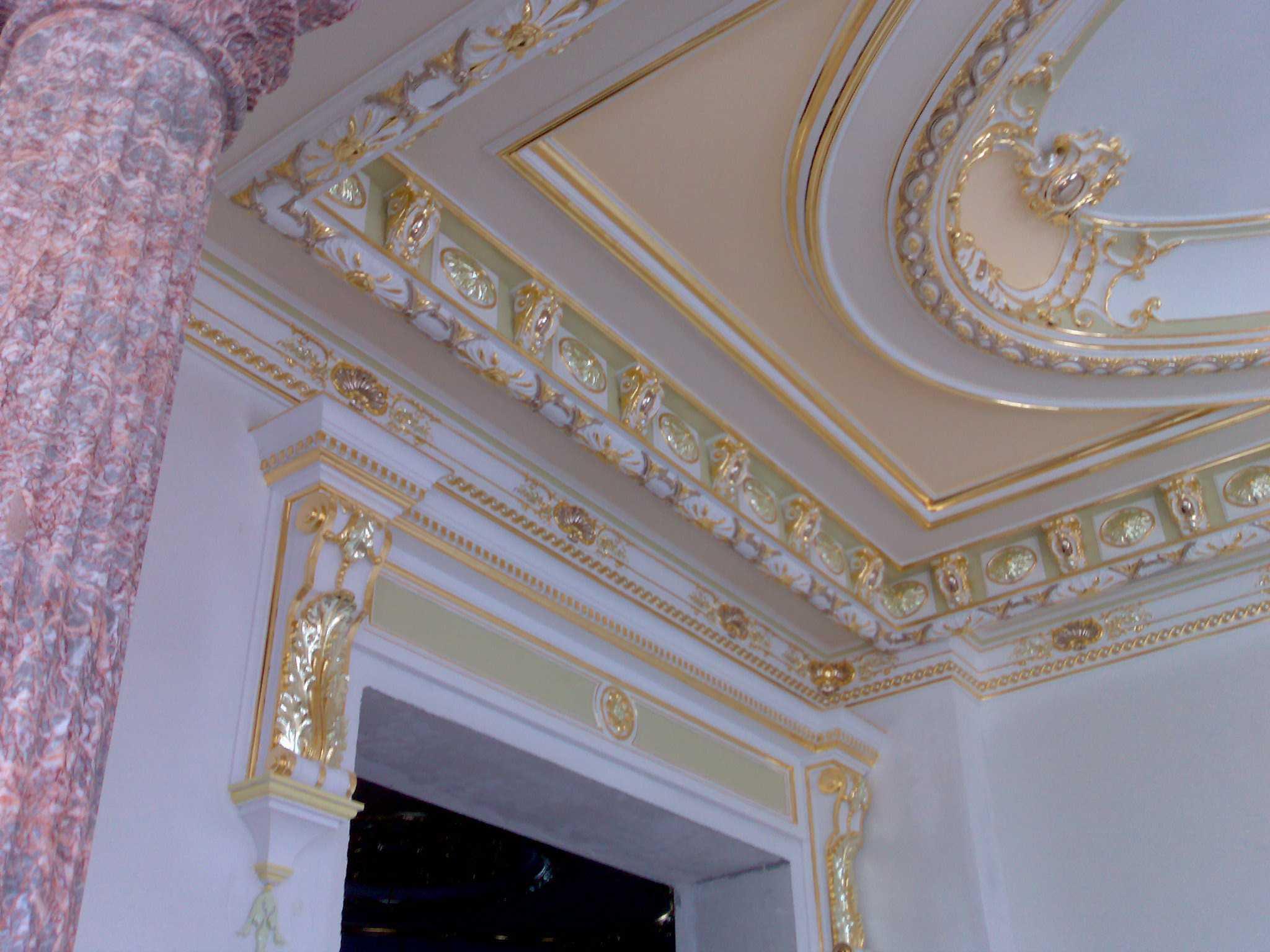 Виды декора потолка: балки, галтели, лепнина, наклейки, молдинги, роспись, фрески, фотопечать и др.