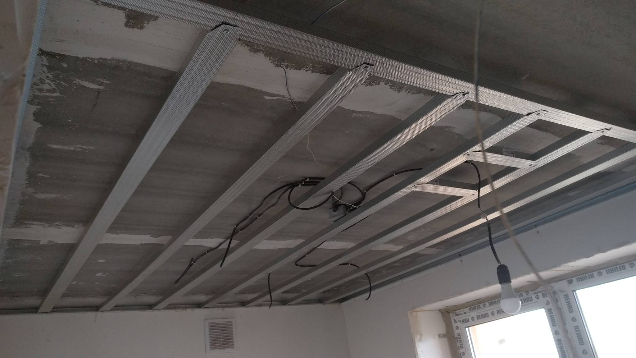 Подвесной потолок armstrong: плюсы и минусы