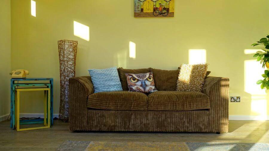 Бело-желтый интерьер гостиной (53 фото): проверенные и креативные решения