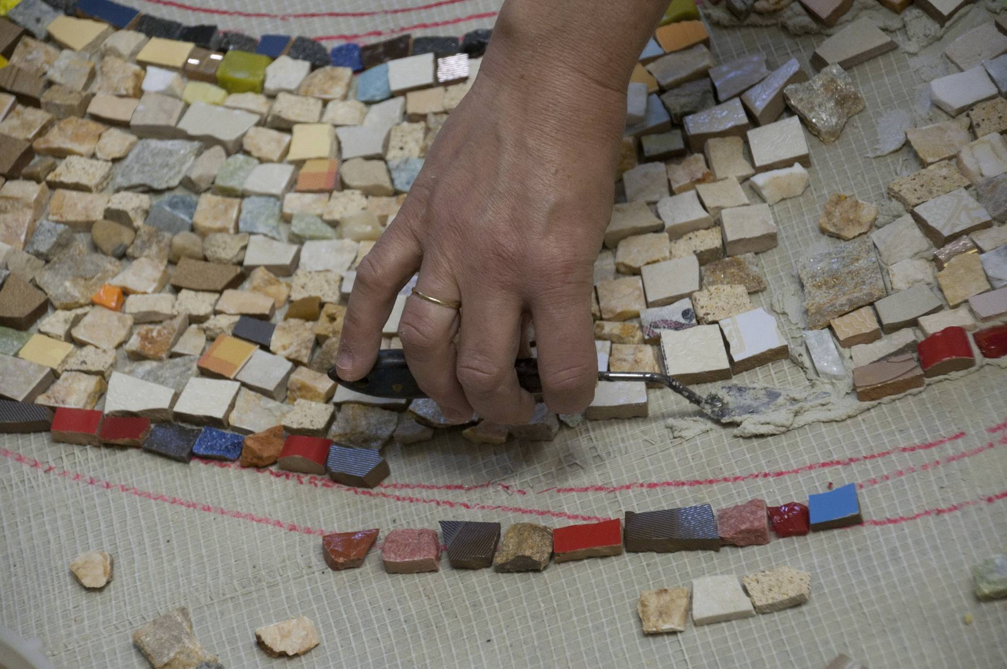 Плитка-мозаика для ванной (91 фото): дизайн мозаичной продукции для пола в комнате, укладка керамическая плитки на столешницу