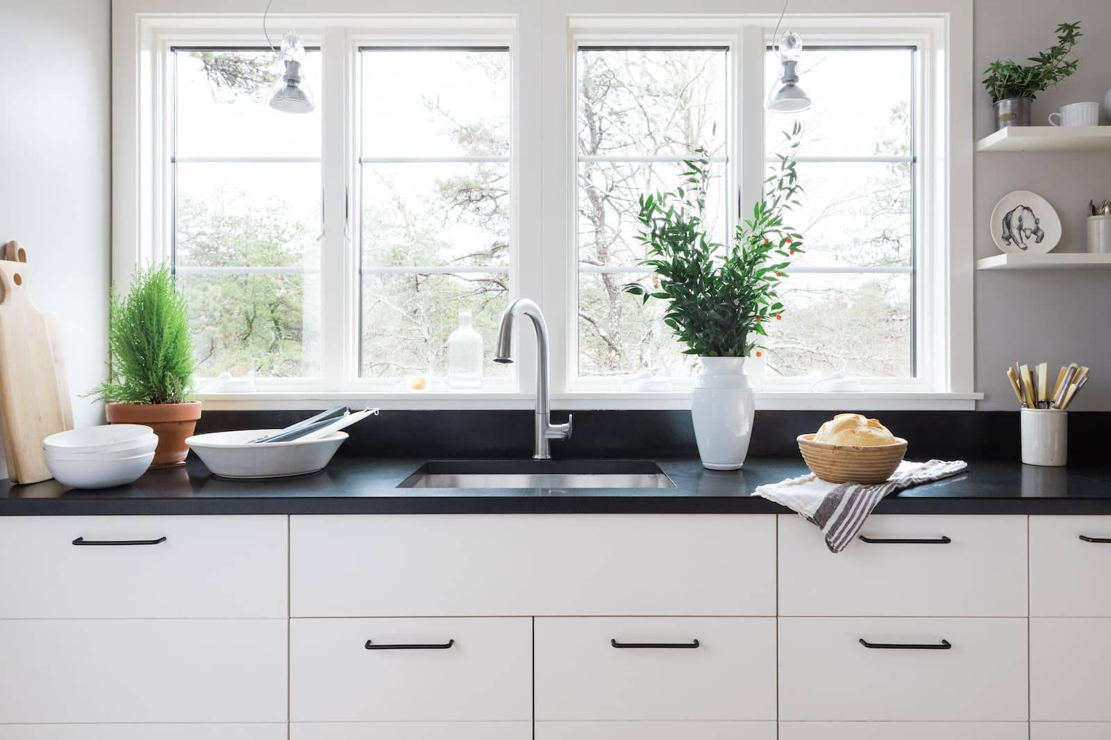 Какие бывают кухни с окном и как их лучше оформить
