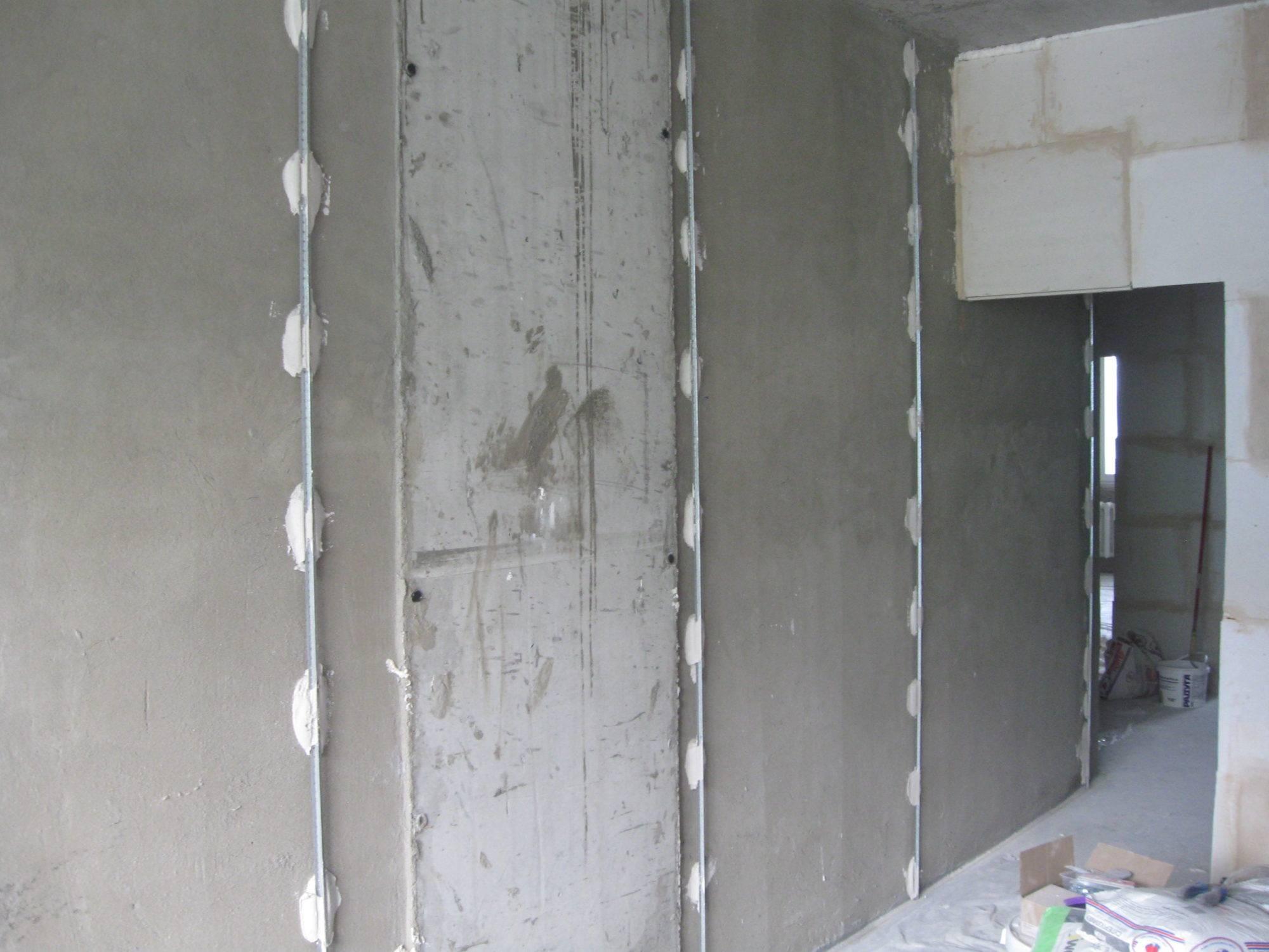 Штукатурка стен по маякам (54 фото): как штукатурить своими руками, нужно ли убирать маяки с потолка после выполнения работ