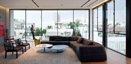 Дизайн узкой спальной комнаты с окном в конце
