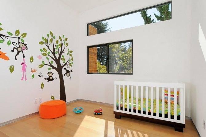 Дерево в интерьере гостиной, мебель и отделка.
