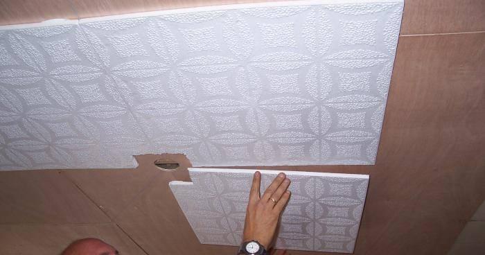 Как клеить потолочную плитку из пенопласта: подробная инструкция