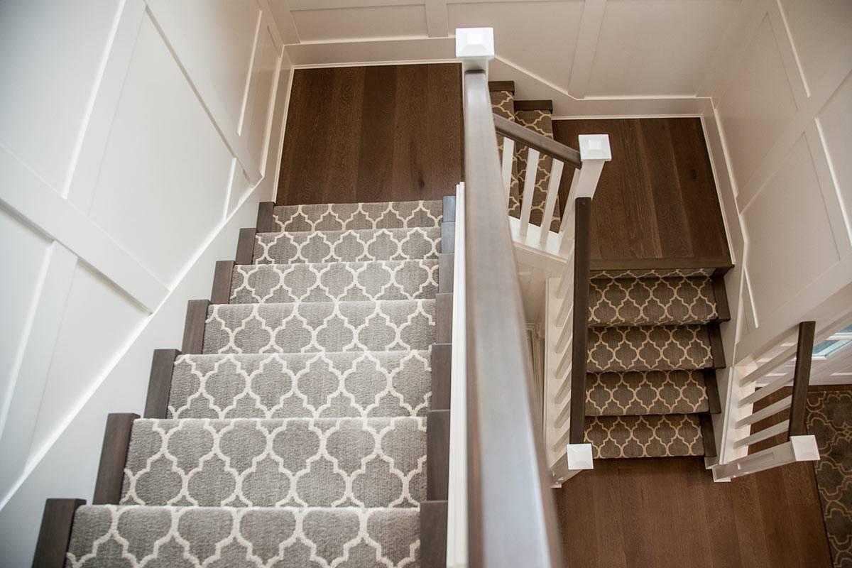 Отделка лестницы ковролином, ковровыми накладками: пошаговые фото и видео