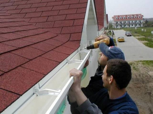 Как сделать металлические и пластиковые водостоки для крыши