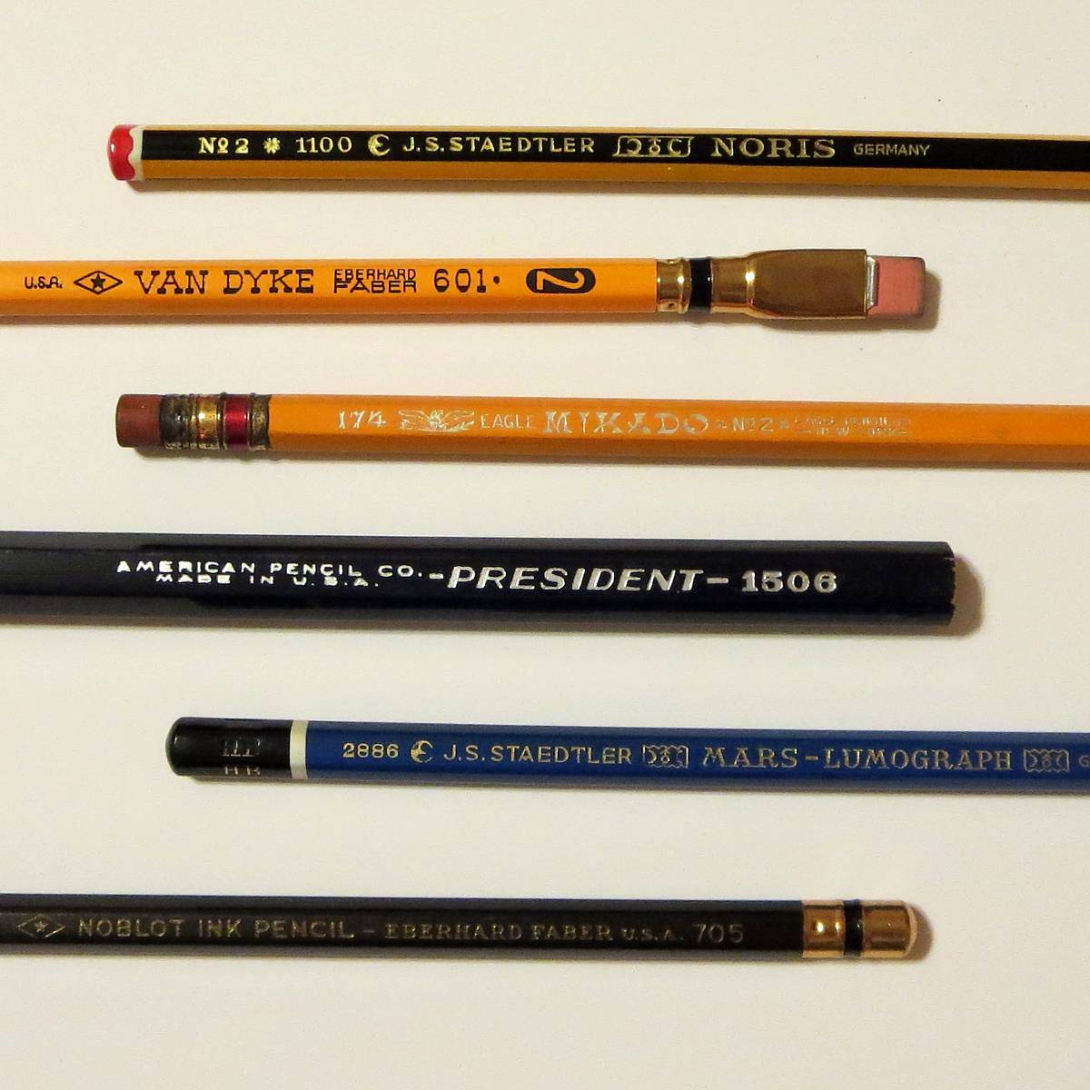 Из чего делают грифель карандаша и как его помещают во внутрь?