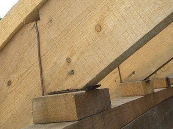 Установка и крепление стропил к мауэрлату на двухскатной крыше