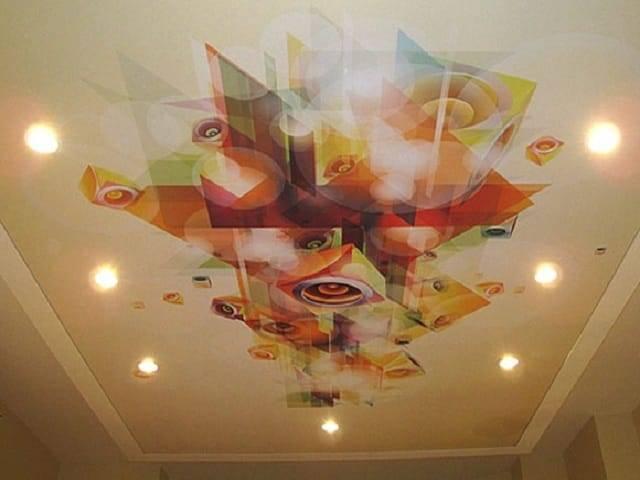 Натяжные потолки с люстрой и точечными светильниками: фото в интерьере