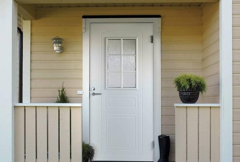 Надежность и красота: обзор финских входных дверей для загородного дома