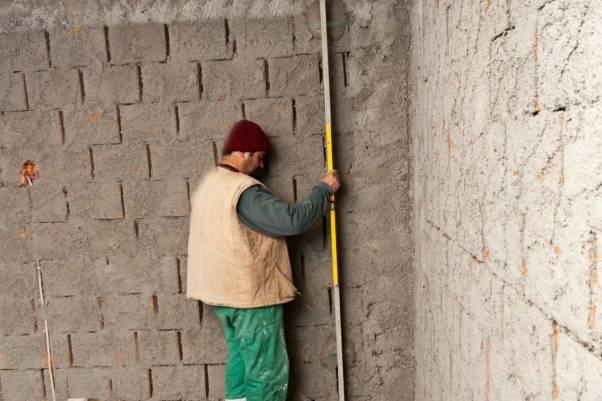 Установка маяков для штукатурки стен: как правильно сделать это своими руками, в том числе при помощи лазерного уровня и без него, а также саморезами?