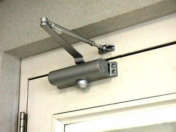 Как отрегулировать доводчик двери в подъезде и отремонтировать его, устройство и настройка