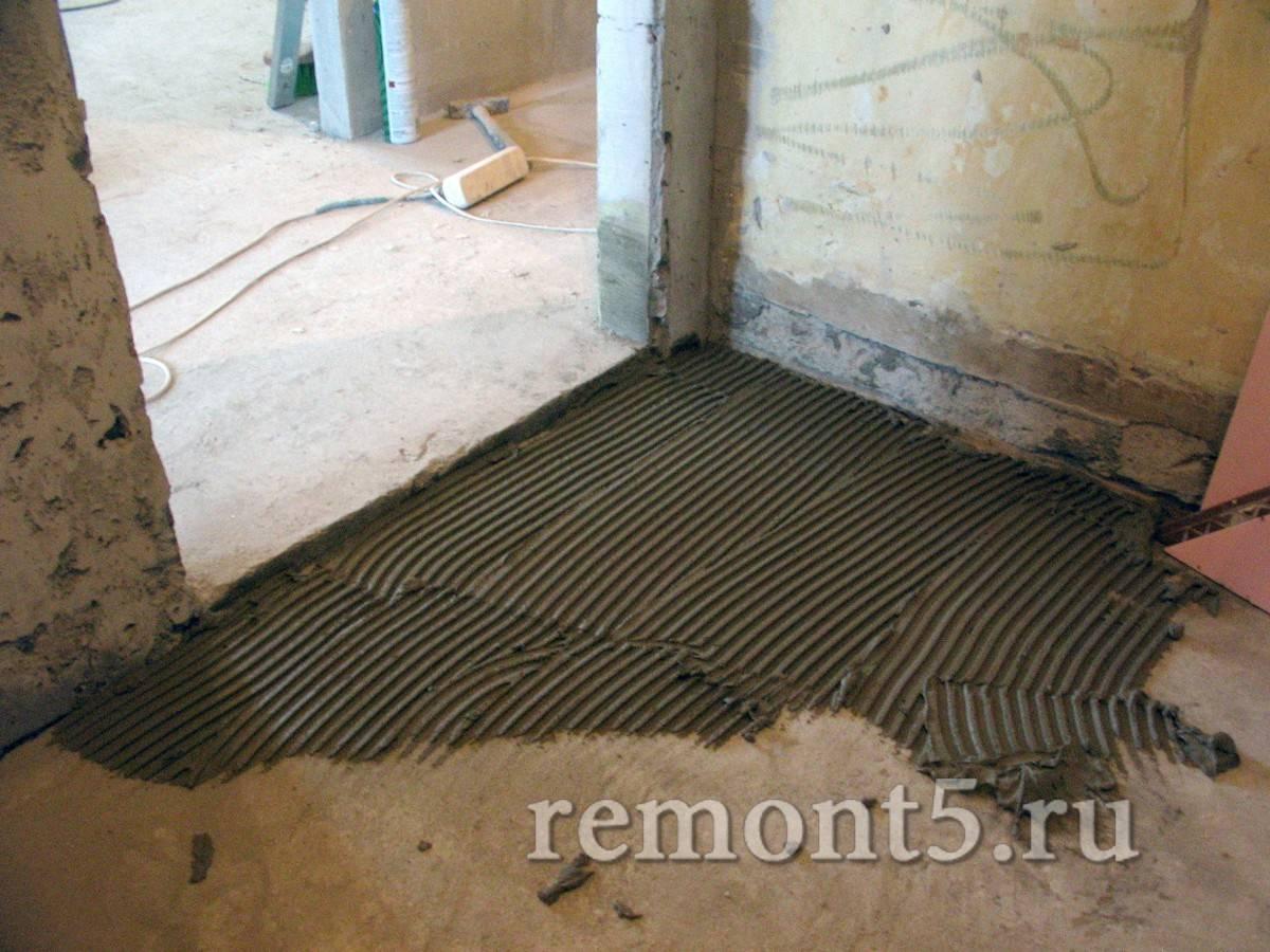 Укладка плитки на неровный пол: способы и методы
