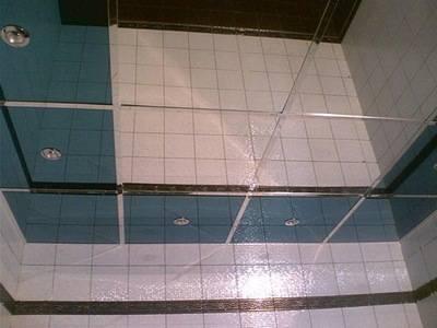 Зеркальный потолок в ванной комнате - фото, виды и особенности