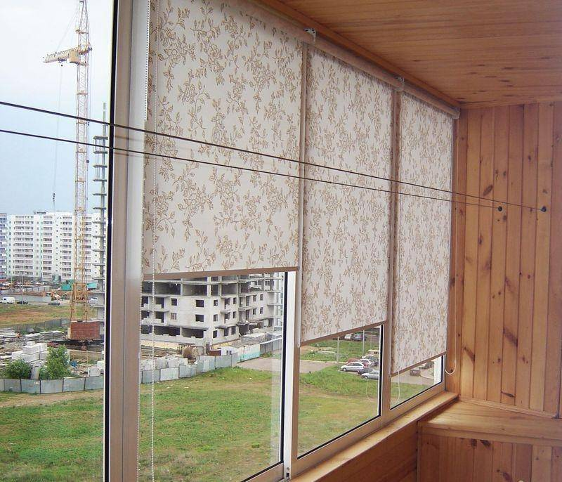 Жалюзи на балкон: выбор по видам и материалу
