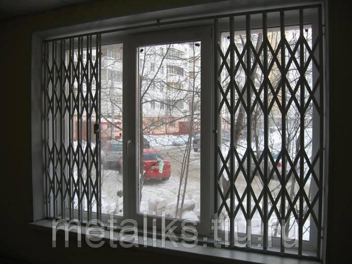 Дверь-решетка: деревянные и металлические модели на лестничную площадку, их плюсы и минусы