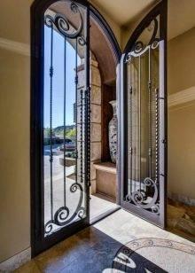 Металлическая дверь-решетка - разновидности и преимущества
