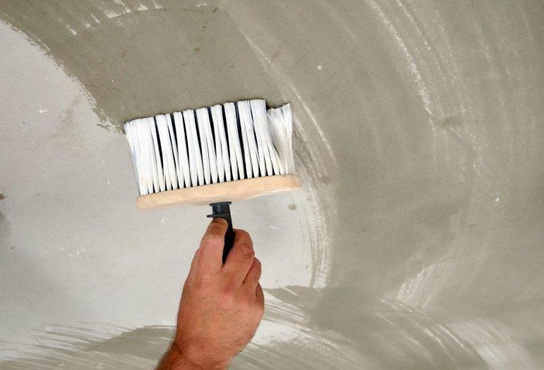 Как и чем смыть побелку с потолка быстро: способы, лучшие средства для удаления побелки