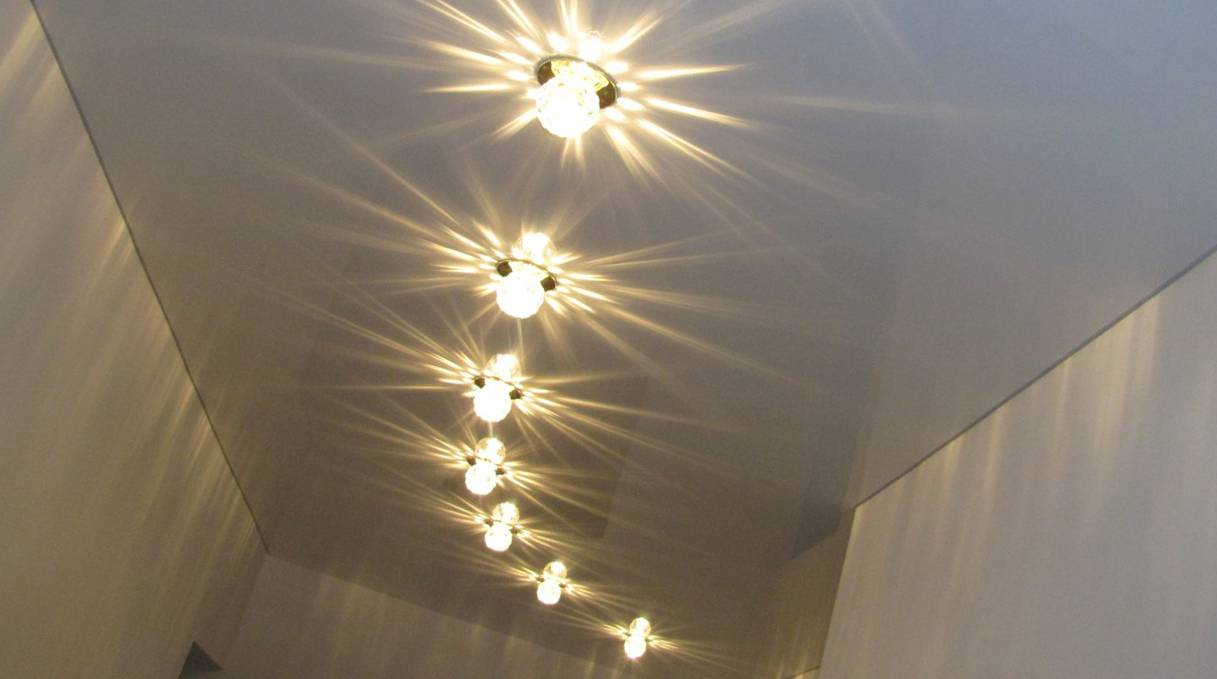 Расположение светильников на натяжном потолке: фото и схемы установки