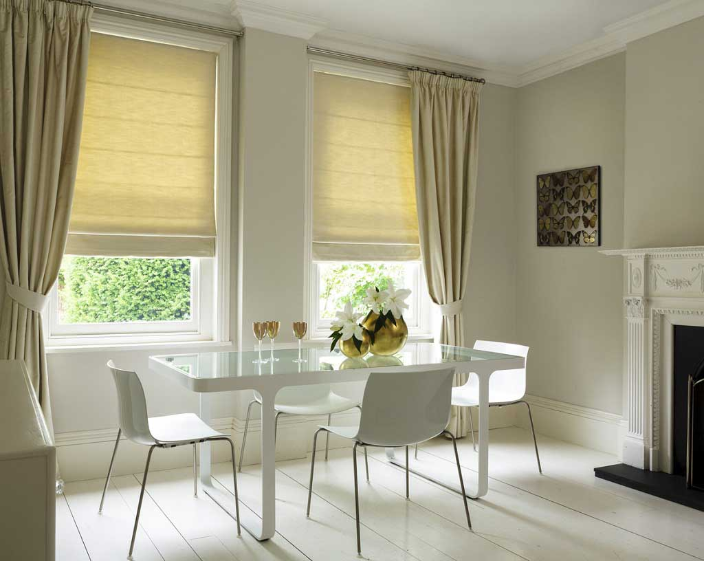 Рулонные жалюзи на пластиковые окна без сверления: особенности конструкции и порядок монтажа