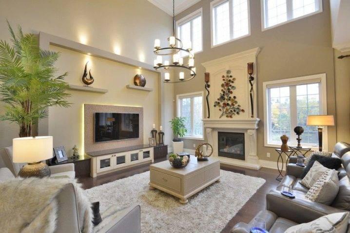 Телевизор на стене в интерьере (46 фото): оформление стены ламинатом и другими материалами в гостиной. дизайн подвески и декоративная отделка в спальне