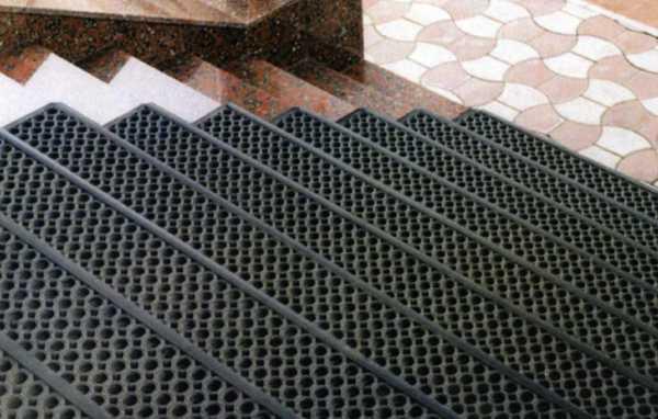 Укладка резиновых покрытий для крыльца на улице, виды и преимущества этого способа