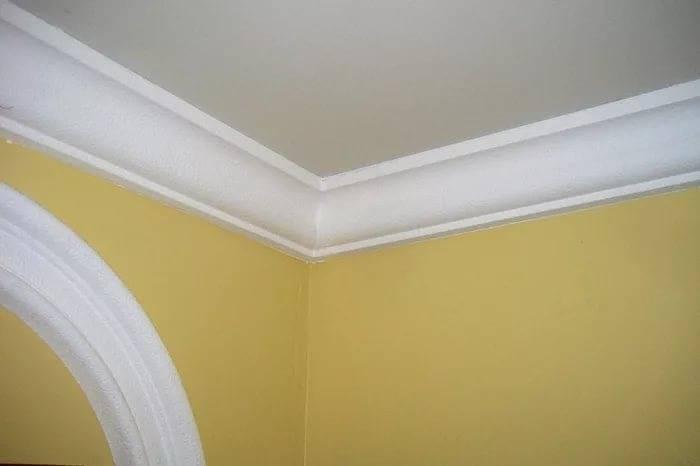 Установка потолочного плинтуса своими руками, как правильно подгонять потолочные плинтуса, смотрите фото и видео