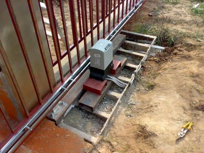 Откатные ворота с калиткой внутри (30 фото): раздвижные ворота из профнастила и металла со встроенной конструкцией калитки