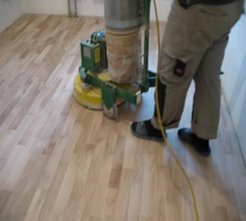 Как правильно покрыть лаком деревянный пол: выбор и нанесение состава