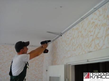 Натяжные потолки устанавливаются до поклейки обоев или после: что делают сначала