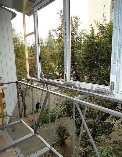 Остекление балкона с выносом (32 фото): как остеклить выносной по полу и с выносом подоконника