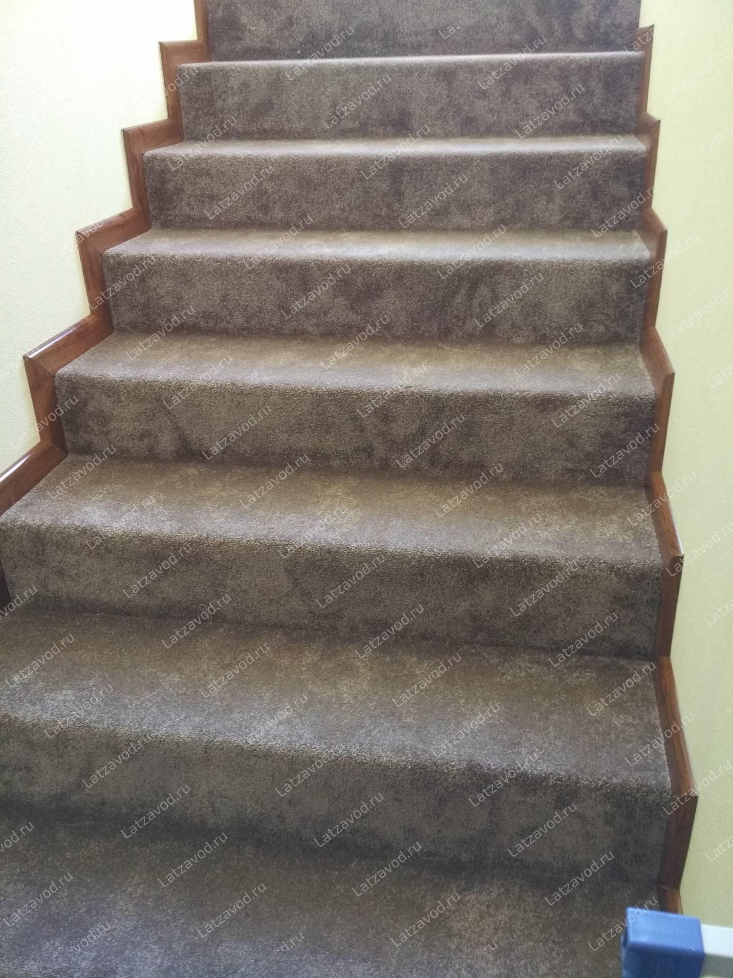 Отделка лестницы ковролином — подготовка, монтаж подложки и установка материала