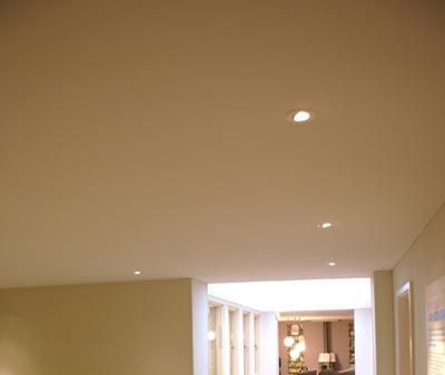 Максимальная ширина натяжного потолка без шва: размеры пвх-пленки и тканевого полотна
