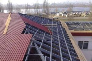 Как крепится профлист на крыше?