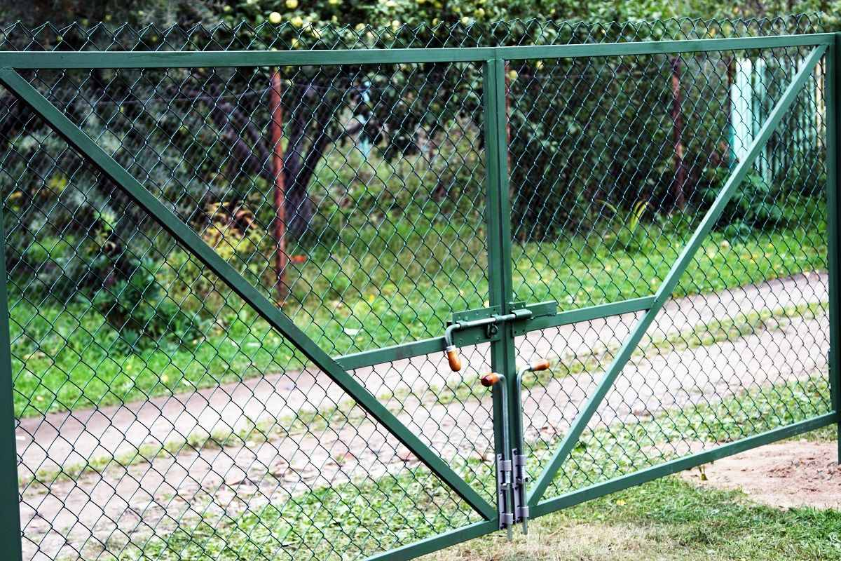 Чем закрыть забор из сетки-рабицы: украшение и декорирование