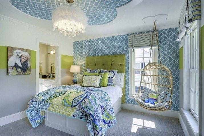 Голубые обои (56 фото): обои для стен нежно-голубого цвета с белыми узорами и золотом, с чем сочетаются покрытия в полоску в интерьере гостиной