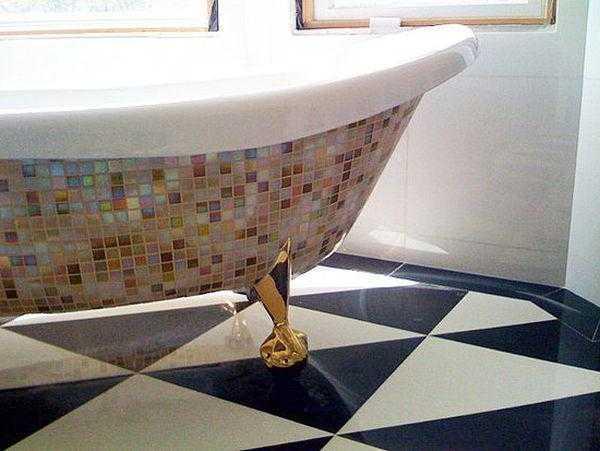 Белая мозаика (28 фото): глянцевая и матовая керамическая мозаика в интерьере, мозаичная плитка белого цвета с чёрной затиркой на стене